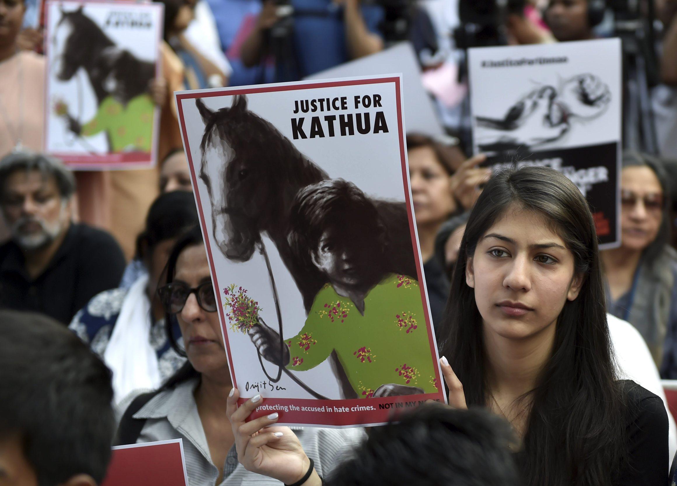 دہلی کے سنسد مارگ پر کٹھوعہ ریپ مقدمہ کے خلاف ہوا مظاہرہ (فوٹو : پی ٹی آئی)
