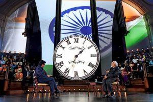لندن میں ' بھارت کی بات، سب کے ساتھ ' پروگرام میں وزیر اعظم نریندر مودی اور سینسر بورڈ کے صدر پرسون جوشی۔ (فوٹو : پی ٹی آئی)
