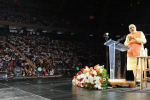 ستمبر 2014 میں نیویارک کے میڈسن اسکوائر پر ہندوستانیوں کو خطاب کرتے ہوئے وزیر اعظم نریندر مودی (فوٹو : پی آئی بی)