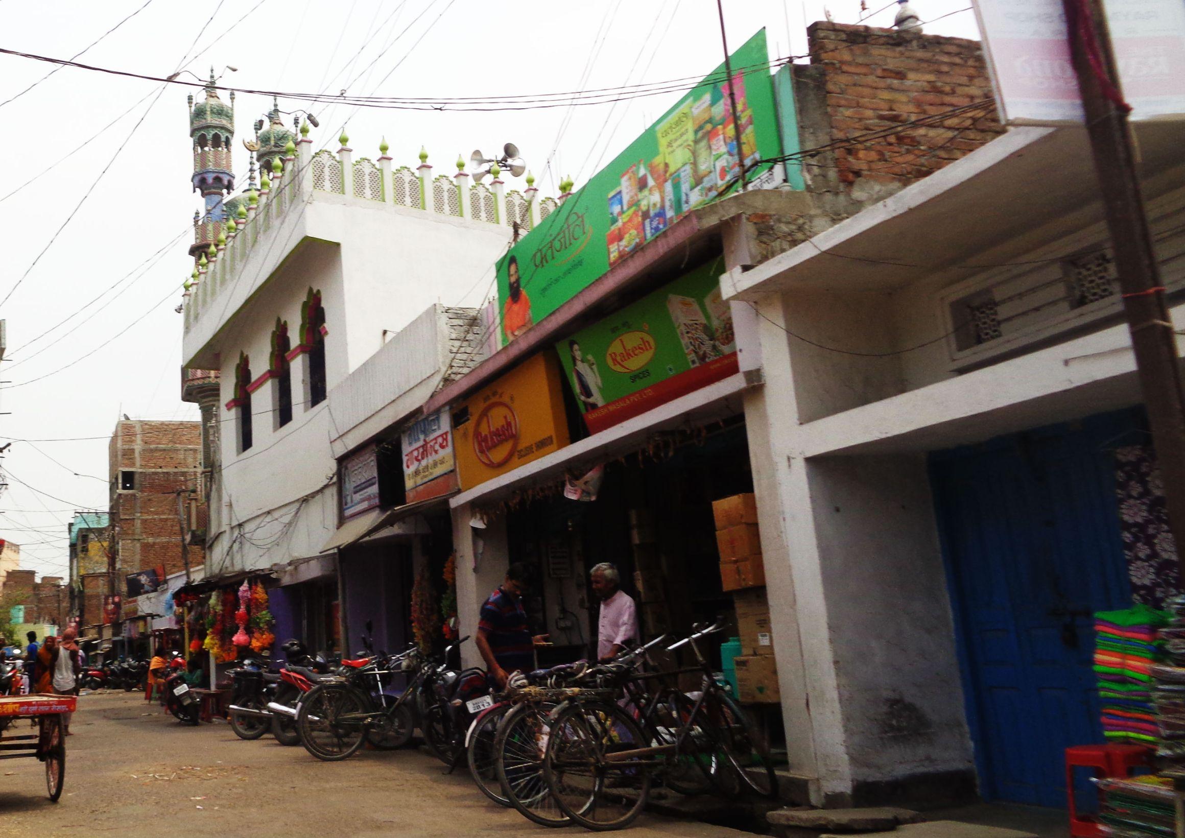روسڑا کے گدڑی بازار کی جامع مسجد سے منسلک چھجہ سے مورتی کے وسرجن کے جلوس میں مبینہ طور پر چپل پھینکی گئی تھی۔ (فوٹو : امیش کمار رائے)