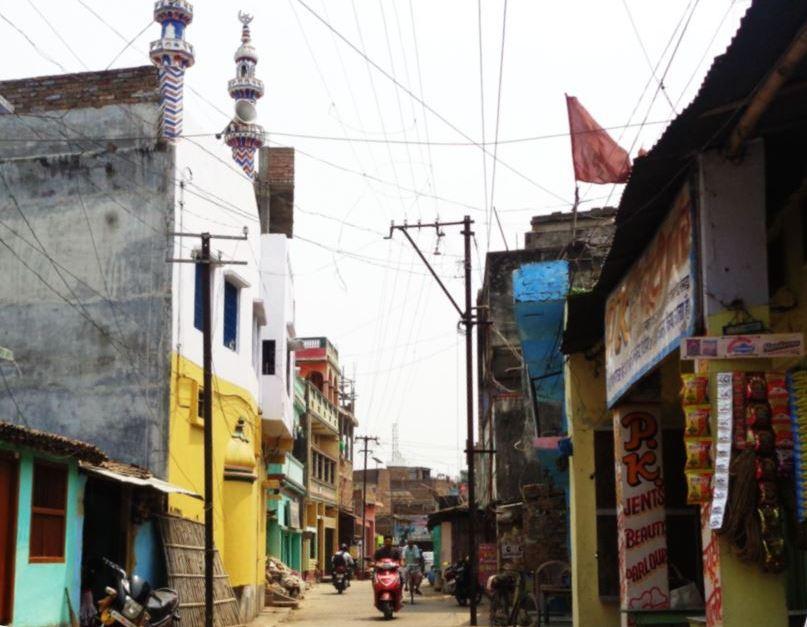 روسڑا کا پرانا بازار واقع ضیا العلوم مدرسہ۔ اسی مدرسہ میں شرپسندوں نے توڑپھوڑ کی تھی۔ (فوٹو : امیش کمار رائے)