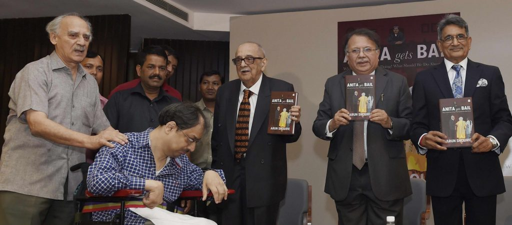 نئی دہلی میں سابق مرکزی وزیر ارون شوری کی کتاب کے رسم اجرا کے پروگرام میں سابق چیف جسٹس آر ایم لوڈھا، دہلی ہائی کورٹ کے سابق چیف جسٹس اے پی شاہ، سینئر قانون داں پھلی کے نریمن۔ (فوٹو : پی ٹی آئی)