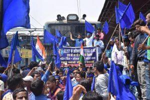 ایس سی / ایس ٹی ایکٹ میں ترمیم کے سپریم کورٹ کے فیصلے کی مخالفت میں 2 اپریل کو بلائے گئے  بھارت بند   کی ایک تصویر (فوٹو : پی ٹی آئی)