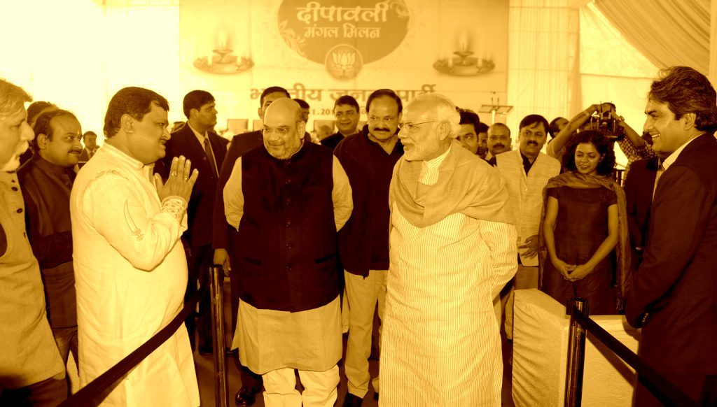 2015 میں بی جے پی کی دیوالی ملن تقریب میں صحافیوں سے ملتے وزیر اعظم نریندر مودی اور بی جے پی صدر امت شاہ /فوٹو : org bjp.)