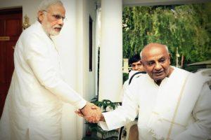 سابق وزیر اعظم ایچ ڈی دیوگوڑا کے ساتھ وزیر اعظم نریندر مودی (فائل فوٹو : پی آئی بی)