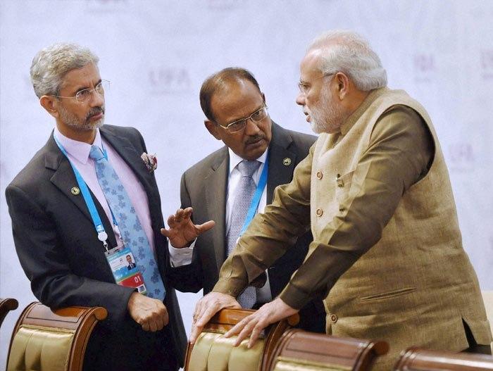 ایس جئے شنکر اور اجیت ڈوبھال کے ساتھ نریندر مودی (فوٹو : پی ٹی آئی)