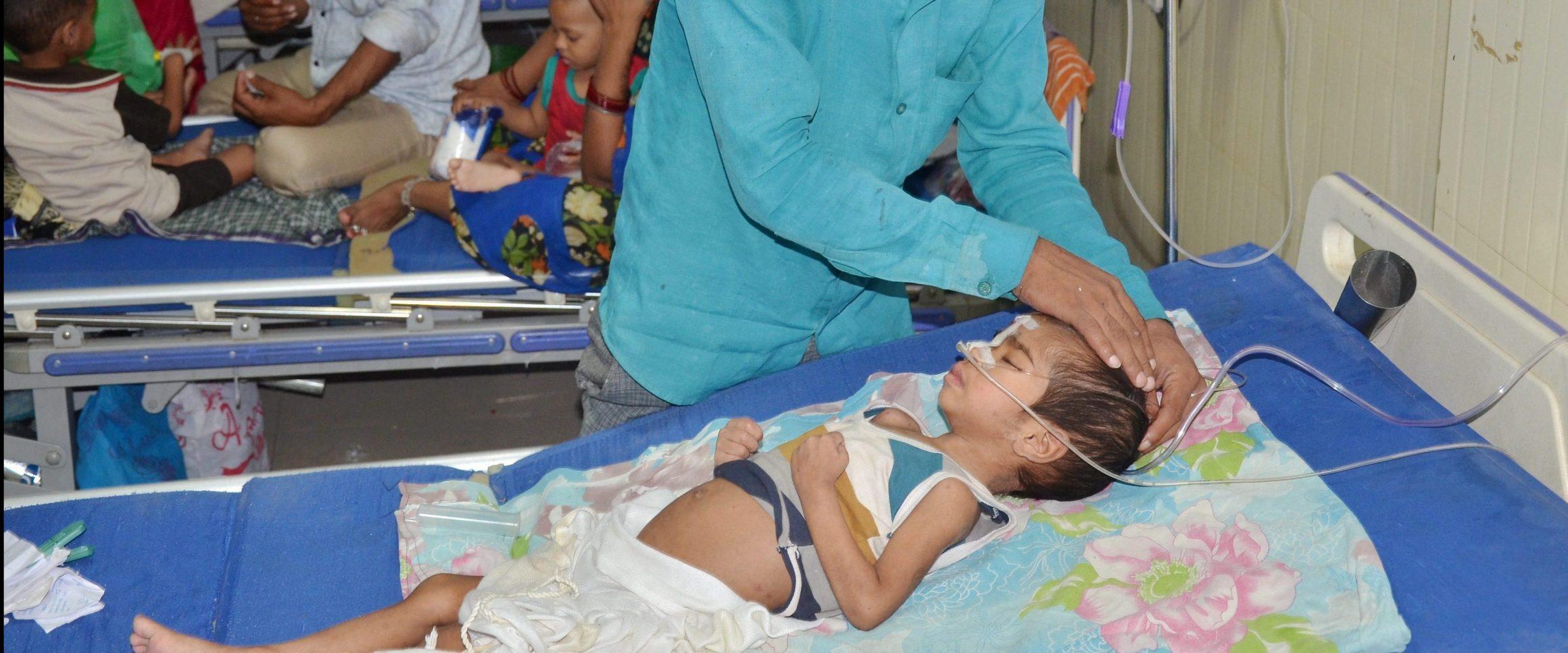 گزشتہ سال گورکھ پور کے بی آر ڈی میڈیکل کالج میں ہفتے بھر میں تقریباً 60 بچوں کی موت کے بعد سے اتر پردیش میں صحت خدمات پر سوال اٹھتے رہے ہیں۔ (فائل فوٹو : پی ٹی آئی)