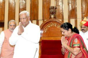 سال 2012 میں گجرات اسمبلی کے صدر بننے کے بعد ایم ایل ایز کا خیر مقدم کرتے وجوبھائی والا۔فائل فوٹو: NarendraModi.in