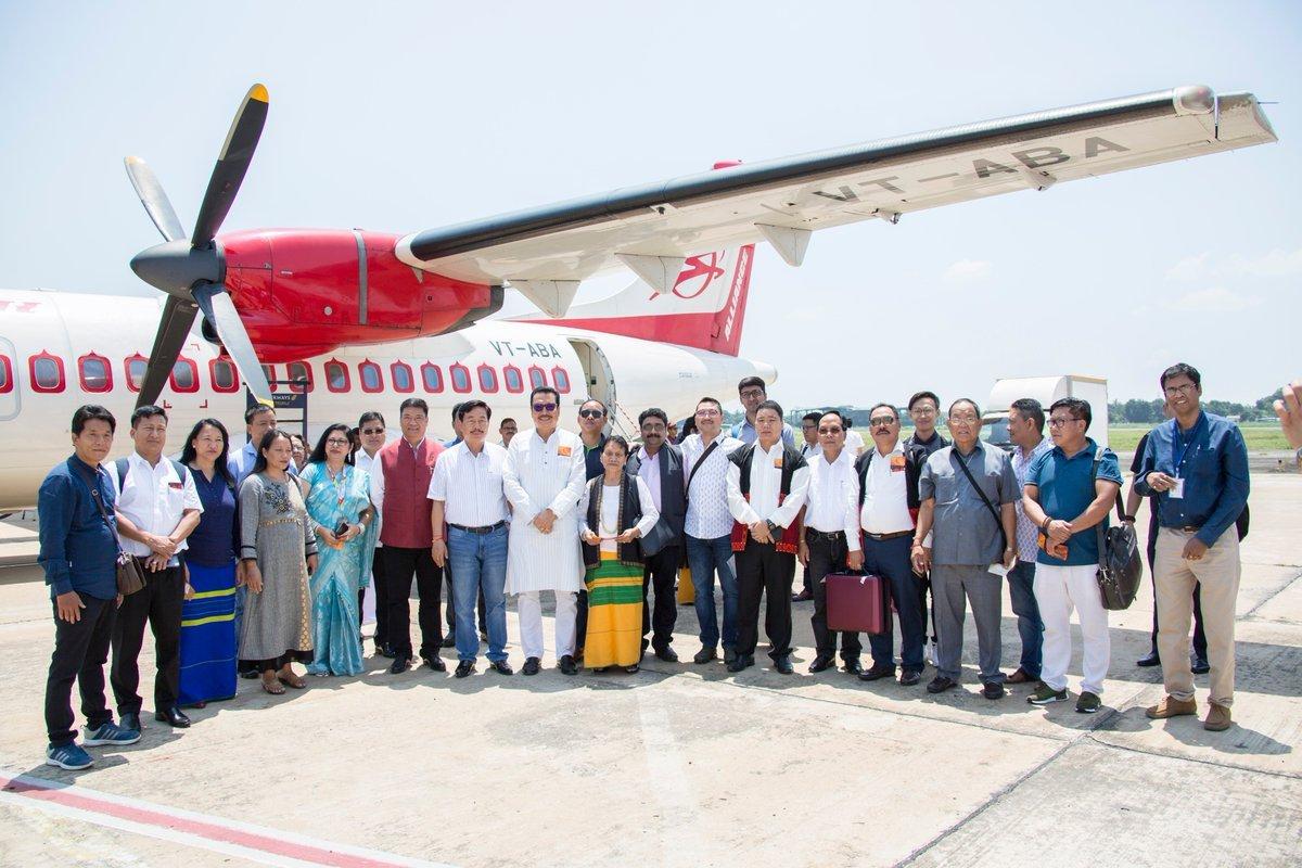 فلائٹ کے مسافروں کے ساتھ وزیراعلیٰ پیما کھانڈو /فوٹو: بشکریہ twitter / @PemaKhanduBJP
