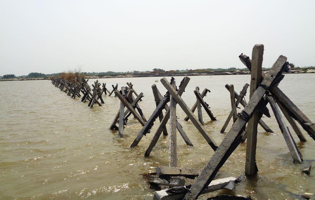 کوسی کی ایک دھارا کو موڑکر دوسری دھارا سے ملانے کے لئے پانی میں کنکریٹ کے پلر ڈالے گئے ہیں۔ (فوٹو : امیش کمار رائے / دی وائر)