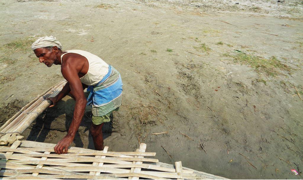 یہ شری منڈل گھٹ وار ہیں۔ ناؤ چلاکر ان کی روزی روٹی چلتی ہے۔ کوسی کے سیلاب میں وہ آٹھ بار منتقل ہو چکے ہیں۔ (فوٹو : امیش کمار رائے / دی وائر)
