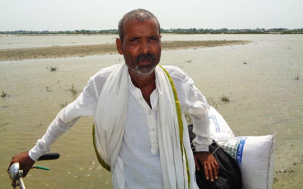 رام ولاس مکھیا سپول کے بیلاگوٹھ گاؤں میں رہتے ہیں۔ ان کو ہرسال پنجاب جانا پڑتا ہے تاکہ فیملی کے لئے کچھ کما سکیں۔ رام ولاس سیلاب کی وجہ سے 20بار نقل مکانی کی مصیبت جھیل چکے ہیں۔ (فوٹو : امیش کمار رائے / دی وائر)
