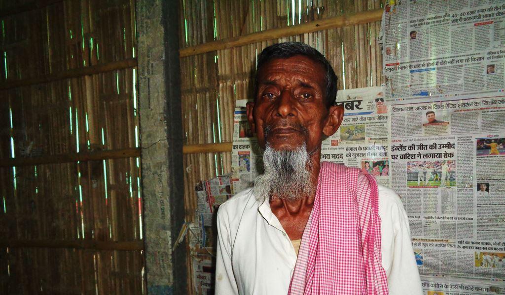 محمد عباس کو بازآبادکاری کے لئے باندھ سے باہر جو زمین دی گئی تھی، اس پر کسی اور نے قبضہ کر کے مکان بنا لیا ہے۔ لہذا وہ باندھ کے اندر رہنے کو مجبور ہیں۔ (فوٹو : امیش کمار رائے / دی وائر)