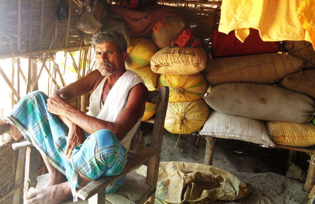 کھوکھناہا گاؤں میں رہنے والے بندیشور رام ان لاکھوں لوگوں میں ایک ہیں، جن کو اب تک حکومت کی طرف سے کوئی معاوضہ نہیں ملا ہے۔ ان کا گھر سیلاب کی وجہ سے 19بار ٹوٹ چکا ہے۔ (فوٹو : امیش کمار رائے / دی وائر)