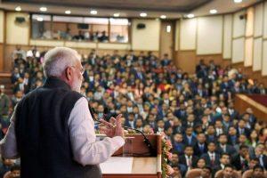 لال بہادر شاستری نیشنل اکیڈمی آف ایڈمنسٹریشن میں زیرتربیت افسروں کو خطاب کرتے وزیر اعظم نریندر مودی۔ (فائل فوٹو : پی ٹی آئی)