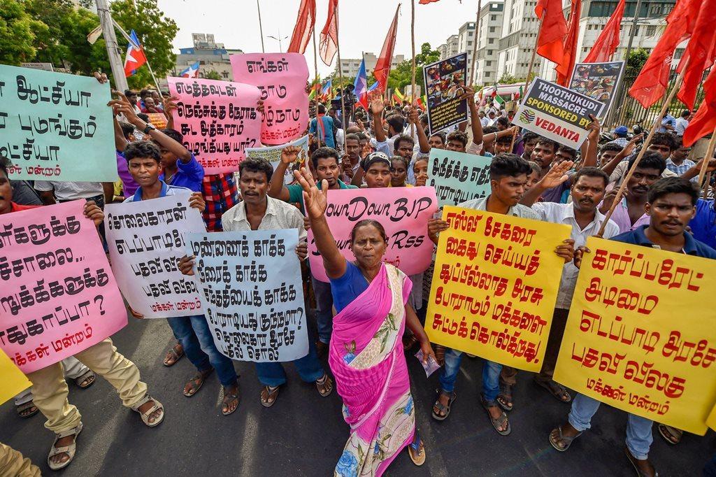 اسٹرلائٹ پلانٹ کی مخالفت کر رہے مظاہرین پر پولیس کی گولی باری کے خلاف مظاہرہ کرتے لوگ (فوٹو : پی ٹی آئی)
