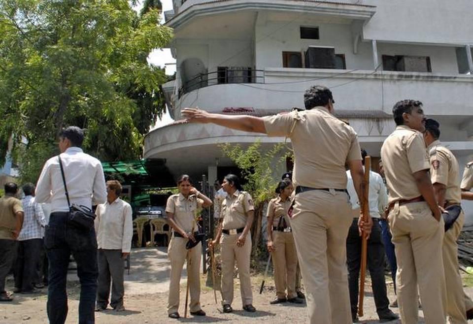 ایڈووکیٹ سریندر گاڈلنگ کے گھر کے سامنے پولیس/فوٹو:دی ہندو