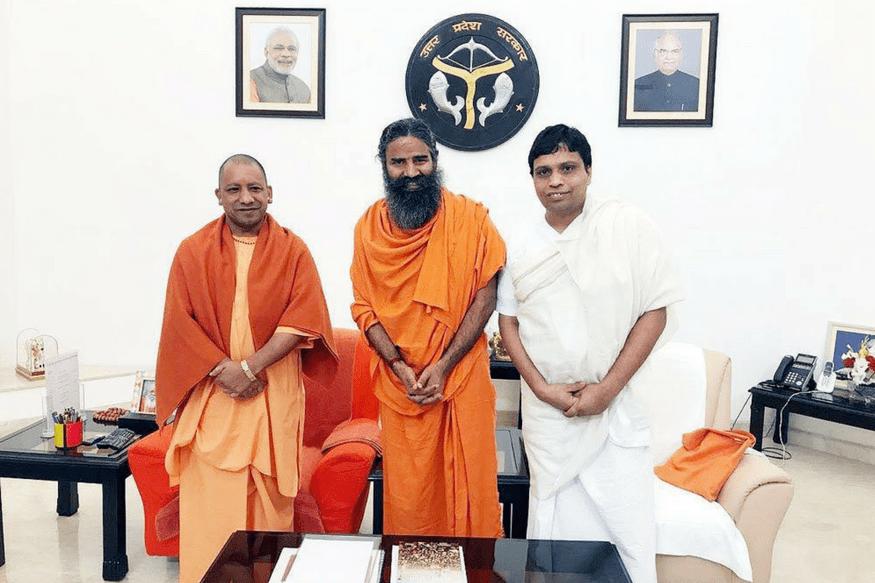 یوگی آدتیہ ناتھ کے ساتھ بابا رام دیو اور آچاریہ بال کرشن (فوٹو بشکریہ : acharyabalkrishna.com)