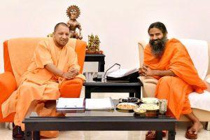 یوگی آدتیہ ناتھ کے ساتھ بابا رام دیو (فوٹو بشکریہ : فیس بک / MYogiAdityanath)