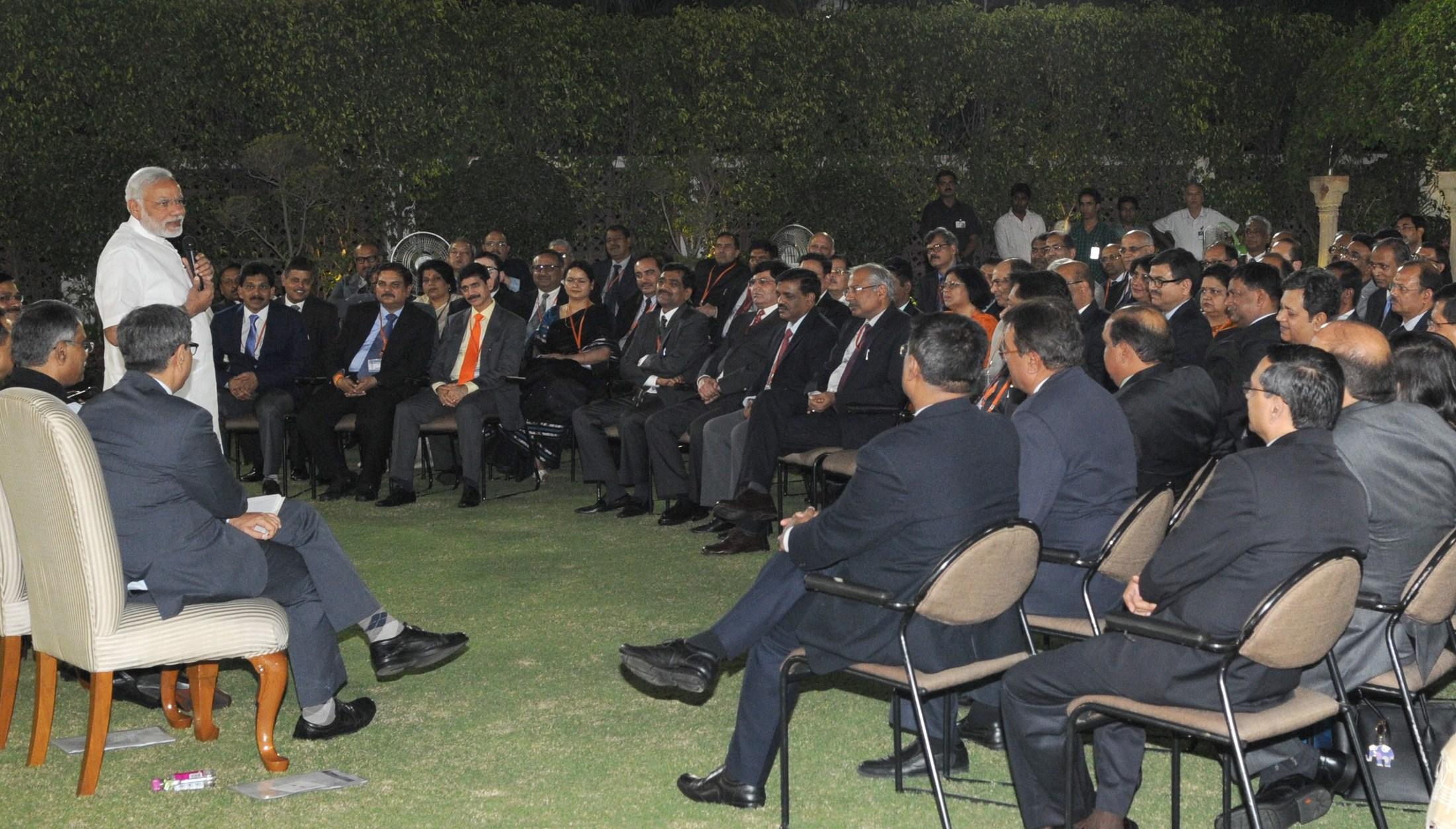 آئی اے ایس افسروں کے ساتھ ایک ٹریننگ کے دوران وزیر اعظم مودی (فائل فوٹو : پی آئی بی)