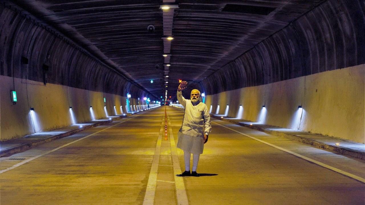 وزیر اعظم نریندر مودی نے اپریل 2017 میں جموں سری نگر ہائی وے پر چینانی اور ناشری کے بیچ ملک کی سب سے بڑی سڑک سرنگ کا افتتاح کیا تھا۔ (فوٹو : پی ٹی آئی)
