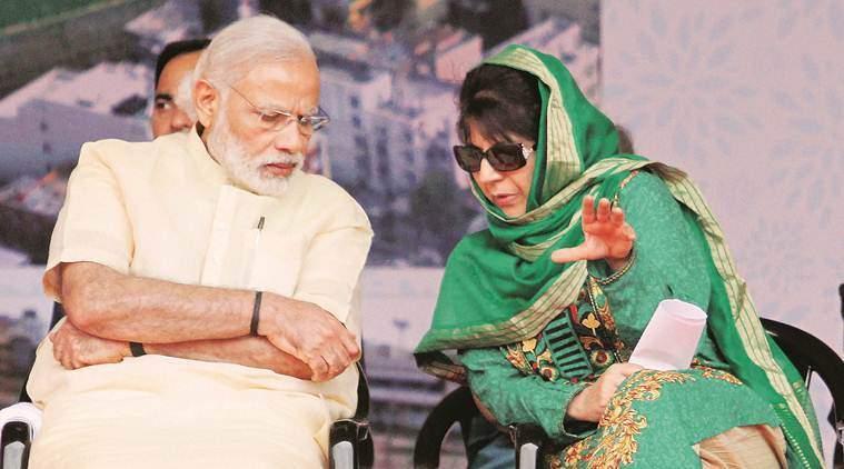 محبوبہ مفتی کے ساتھ وزیر اعظم نریندر مودی (فائل فوٹو : پی ٹی آئی)