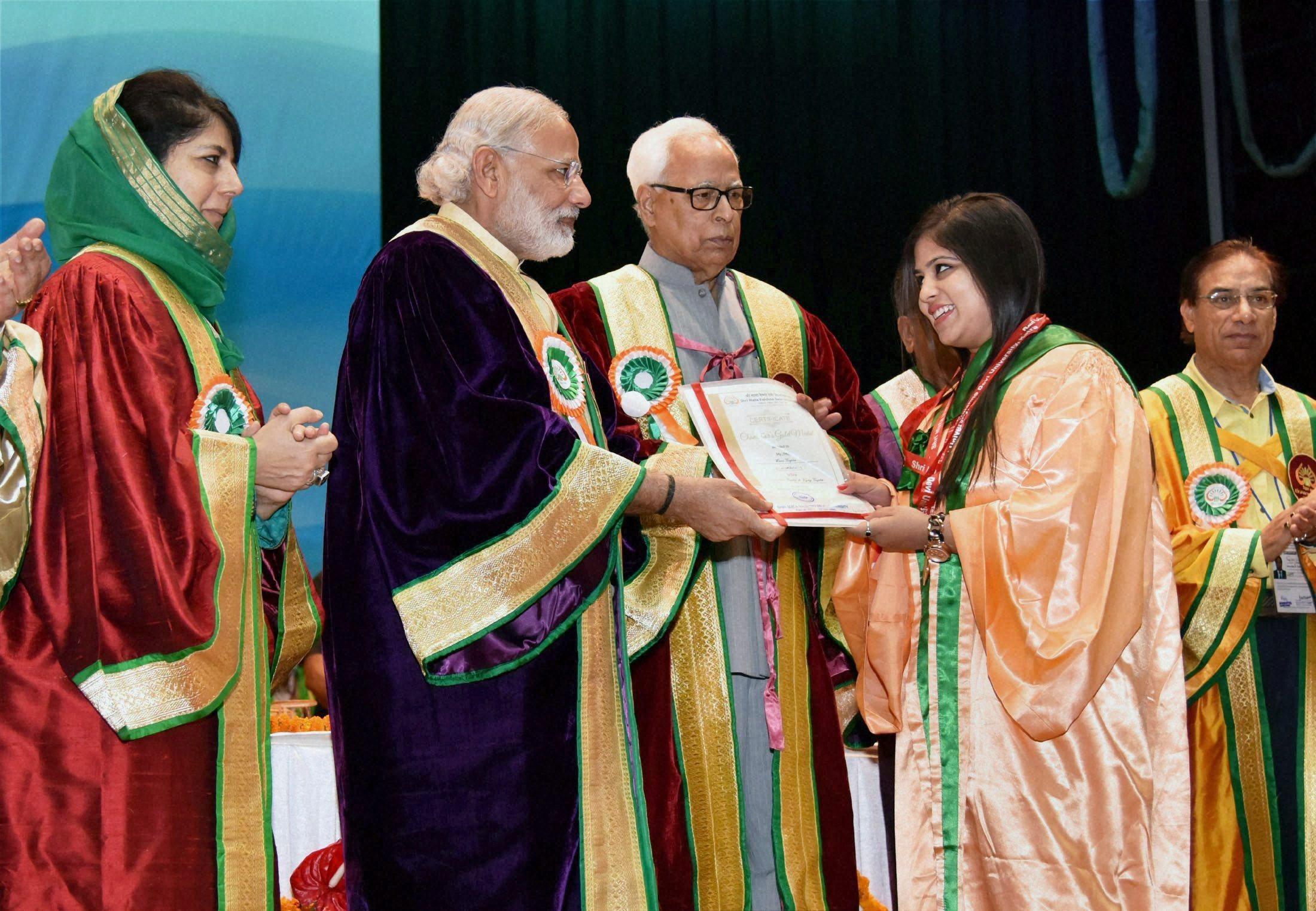 سال 2016 میں کٹرا میں شری ماتا ویشنو دیوی یونیورسٹی کے کنووکیشن تقریب میں محبوبہ مفتی اور گورنر این این ووہرا کے ساتھ وزیر اعظم مودی (فوٹو : پی ٹی آئی)