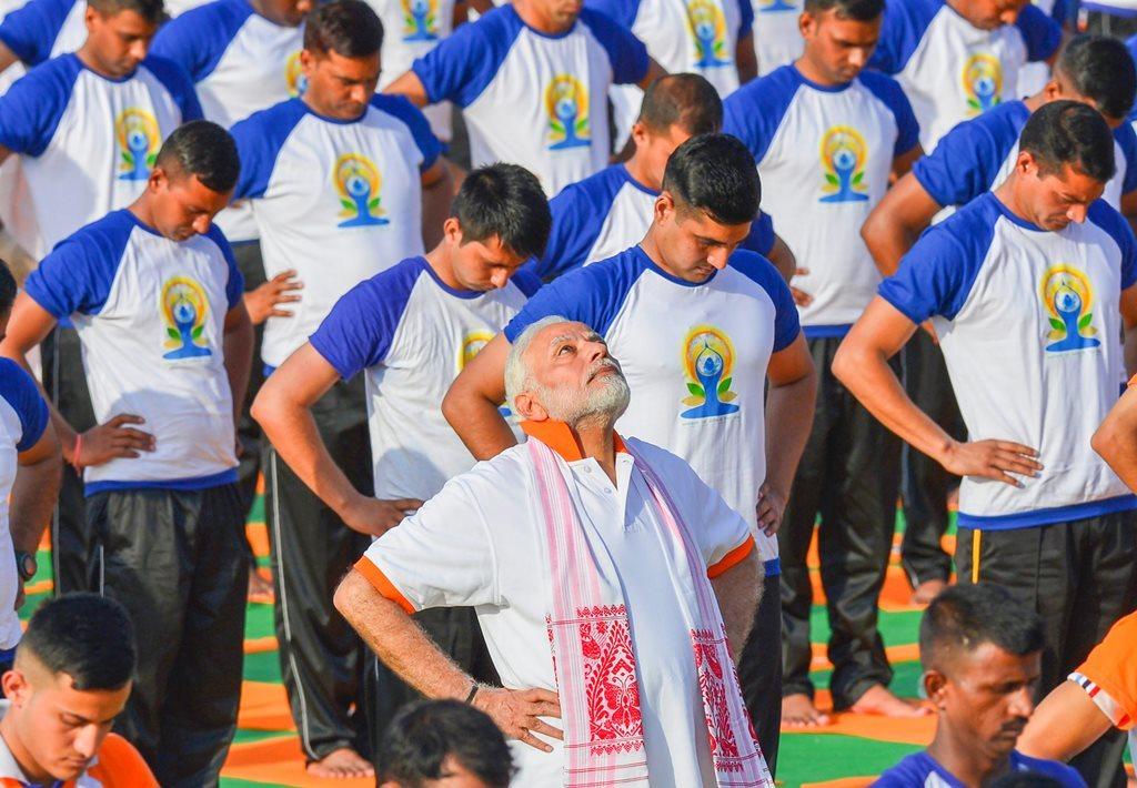 دہرادون میں یوگ دیوس پر یوگ کرتے وزیراعظم /فوٹو: پی ٹی آئی