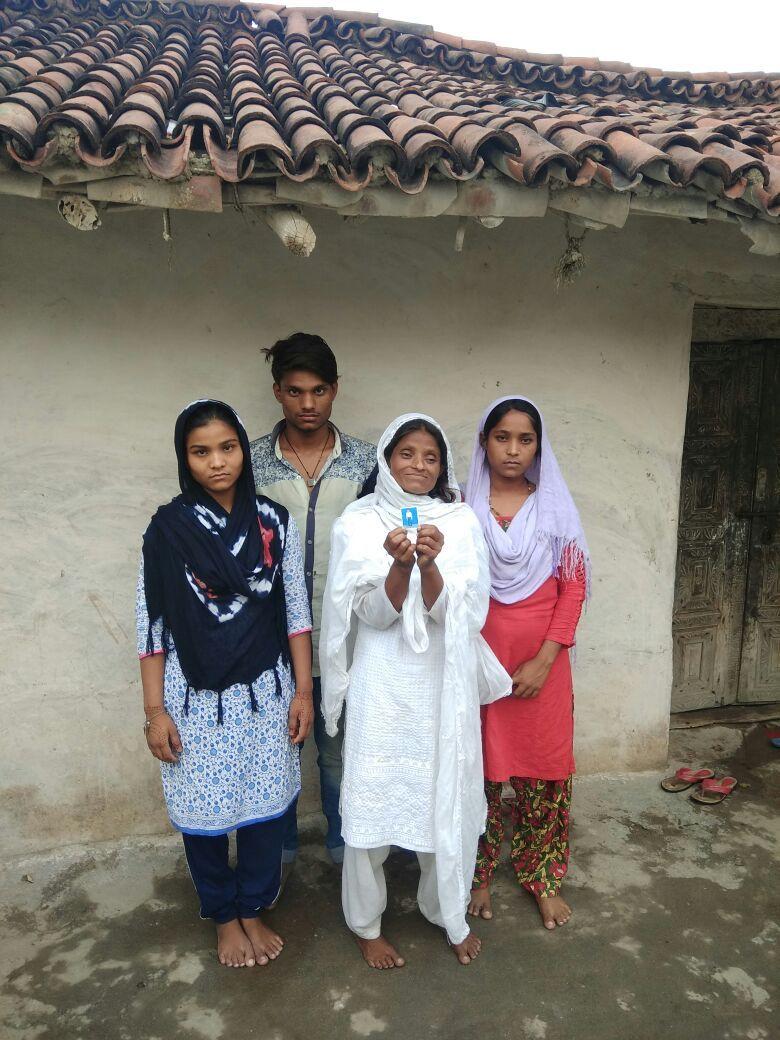 توحید انصاری کی بیوی، بیٹا اور بیٹیاں/(فوٹو : نیرج سنہا / دی وائر)