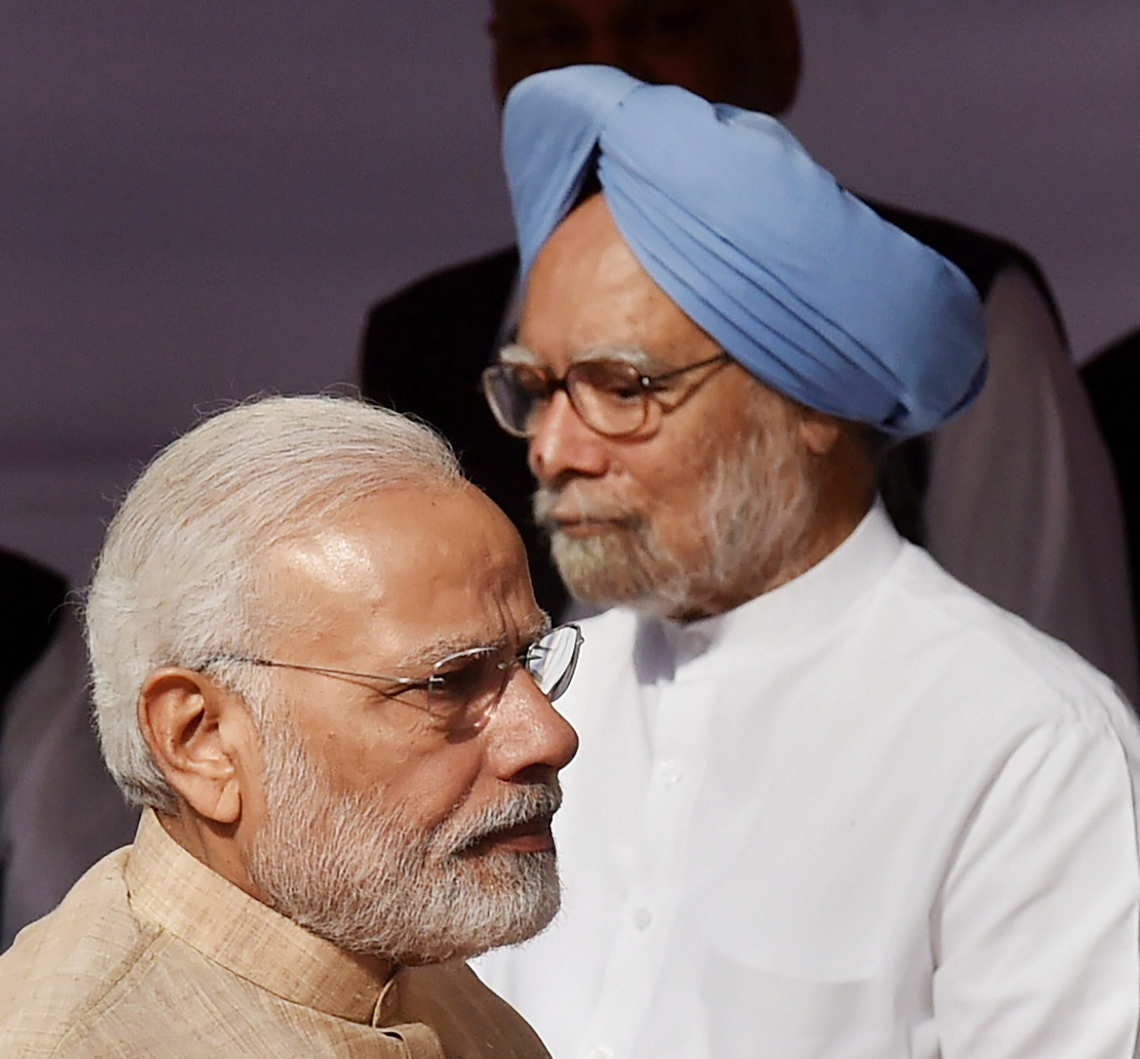 وزیر اعظم نریندر مودی اور سابق وزیر اعظم منموہن سنگھ۔ (فائل فوٹو : پی ٹی آئی)