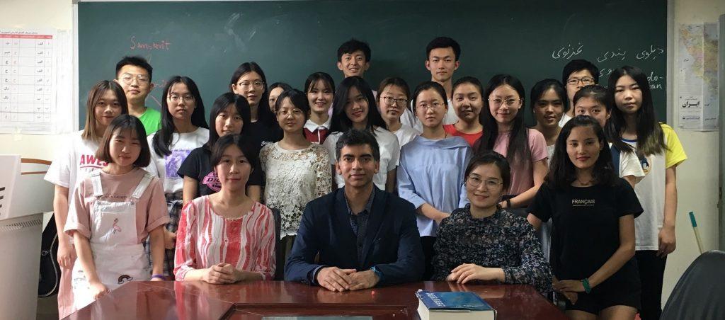 بی ایف ایس یو میں اردو سیکھنے والے طالب علموں کے ساتھ شاہ زماں حق/ فوٹو : شبنم