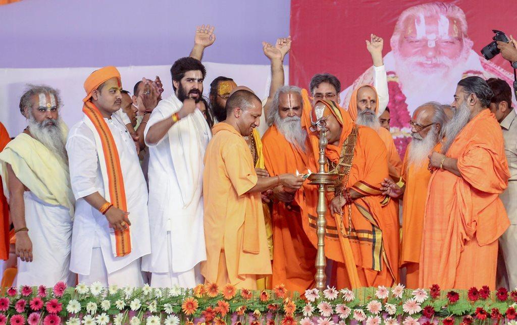 ایودھیا : اتر پردیش کے وزیراعلیٰ یوگی آدتیہ ناتھ نے سوموار، 25 جون، 2018 کو ایودھیا میں رام جنم بھومی ٹرسٹ کے صدر گوپال داس کے 80 ویں یوم پیدئش کا جشن منانے کے لئے ایک تقریب میں شامل ہوئے (فوٹو: پی ٹی آئی)