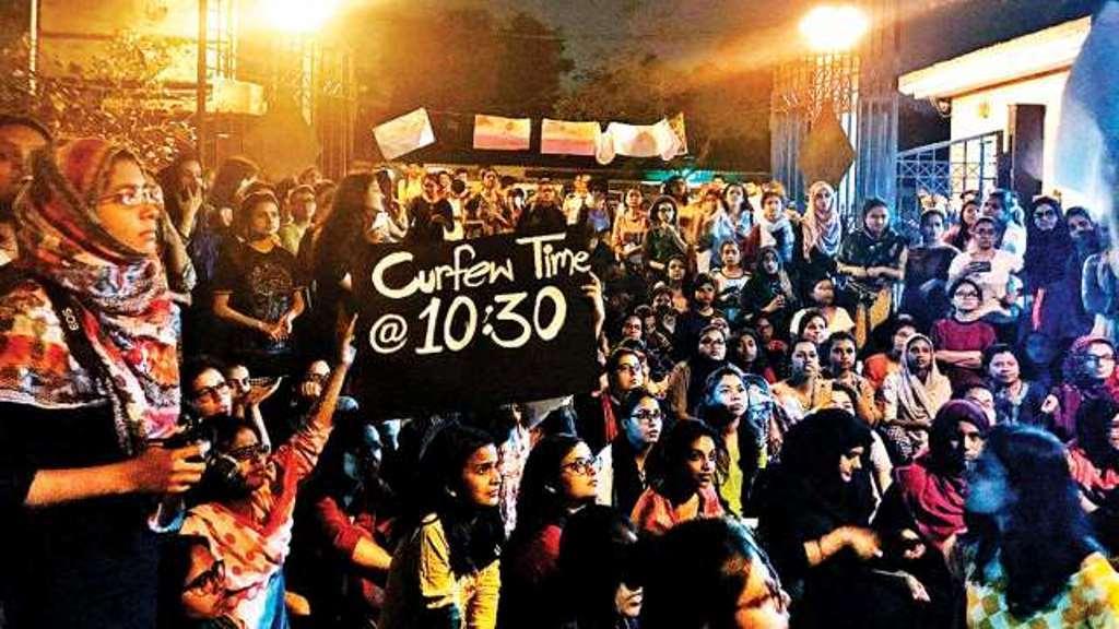 ہاسٹل کا ٹائم ٹیبل بڑھانے کے لئے گزشتہ مارچ مہینے میں جامعہ ملیہ اسلامیہ کی طالبات نے مظاہرہ کیا تھا۔ (فوٹو بشکریہ : فیس بک / ریاض الدین)