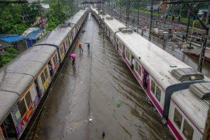 ممبئی میں بھاری بارش کی وجہ سے پٹریوں پر پانی بھرنے سے پھنسی ٹرین۔ (فوٹو : پی ٹی آئی)