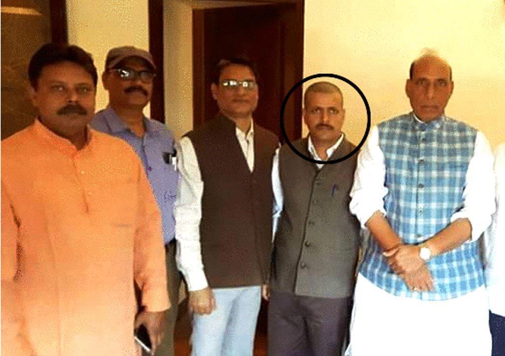 ڈاکٹر آدتیہ کمار سنگھ کے ٹوئٹر پروفائل پر پہلی تصویر میں وہ وزیر داخلہ راجناتھ سنگھ کے ساتھ نظر آ رہے ہیں۔