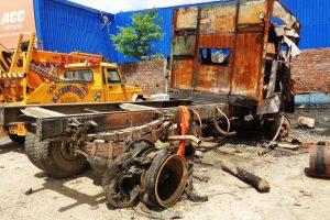 نورالحسن کے گیراج میں جلی ہوئی ٹرک۔(فوٹو :امیش کمار رائے /دی وائر)