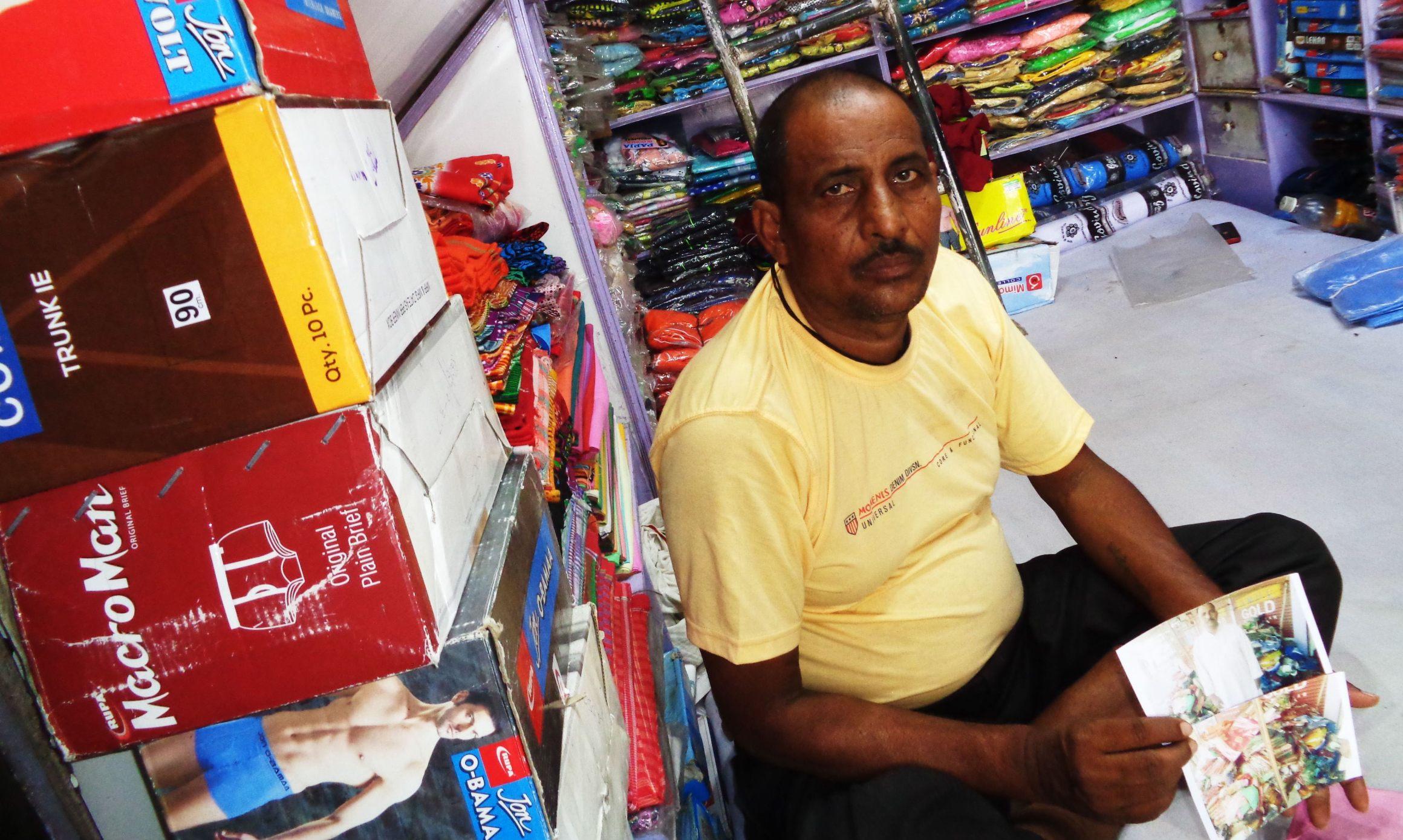 اودھیش پرساد کی کپڑے کی دوکان ہے۔وہاں کپڑے کی کئی دوکانیں ہیں، لیکن ان کی دوکان کو ہی نشانہ بنایا گیا۔آگ زنی میں ان کو تقریباً8لاکھ روپے کا نقصان ہوا۔(فوٹو : امیش کمار رائے / دی وائر)