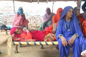 بستر پر نڈھال پڑی اکبر کی بیوی اسمینہ اور ان کے بغل میں بیٹھی اکبر کی ماں حبیبن /(فوٹو: دی وائر)