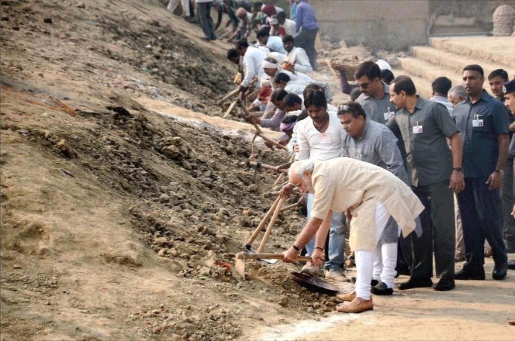 سوچھ بھارت مشن کے تحت وارانسی کے اسی گھاٹ پر صفائی کرتے وزیر اعظم مودی (فائل فوٹو : پی ٹی آئی)
