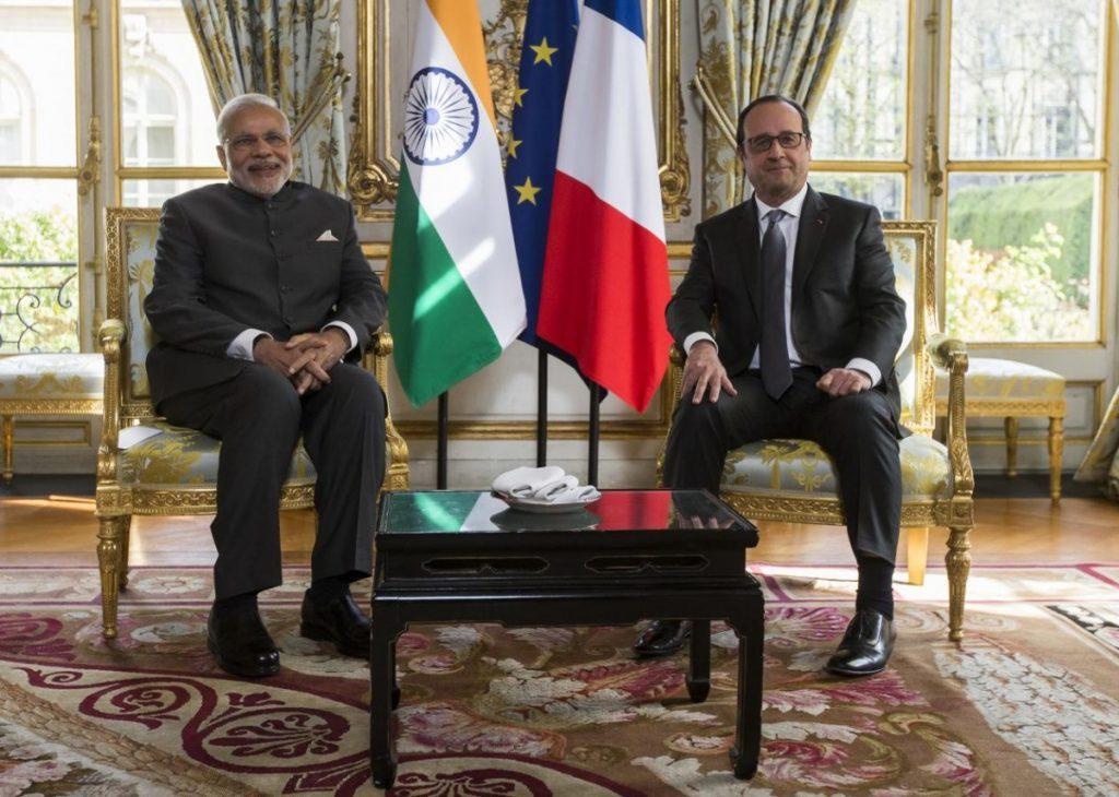 پیرس میں اس وقت کے فرانسیسی صدر فرانسوا اولاند کے ساتھ وزیر اعظم نریندر مودی/ فائل فوٹو : رائٹرس