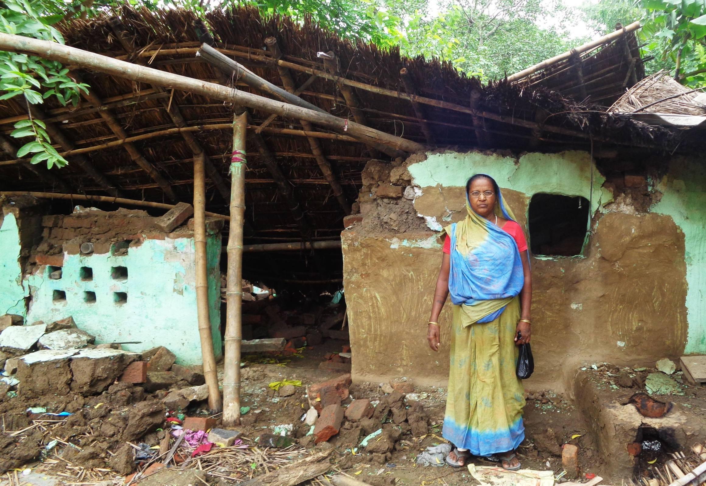 رام سنیہی دیوی کا گھر اور چائے کی گمٹی دونوں توڑ دئے گئے ہیں۔ دکان ٹوٹ جانے سے ان کی کمائی رک گئی ہے۔ (فوٹو : امیش کمار رائے / دی وائر)