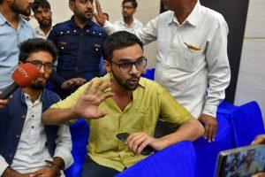 13 اگست کو حملے کے بعد میڈیا سے بات کرتے عمر خالد (فوٹو : پی ٹی آئی)