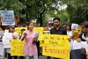 دہلی میں سماجی کارکنوں کی گرفتاری کے خلاف مظاہرہ کرتے ہوئے ایکٹیوسٹ