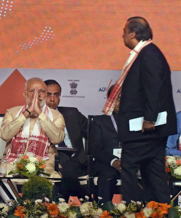 وزیر اعظم نریندر مودی اور صنعت کار مکیش امبانی کی ایک پروگرام کے دوران کی تصویر/ (فوٹو : رائٹرس)