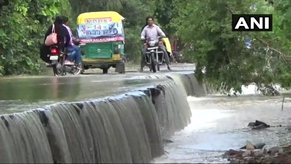 شدید بارش کی وجہ سے اتر پردیش کے مرادآباد میں سیلاب جیسی حالت (فوٹو : اے این آئی)