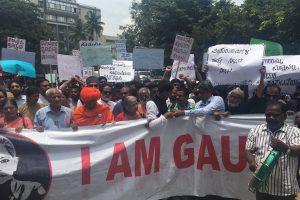 راج بھوں مارچ کرتے ہوے مظاہرین/ فوٹو : دی وائر