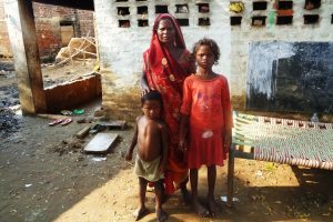 اپنے زندہ بچے بچوں کے ساتھ دھنا دیوی۔ (فوٹو : امیش کمار رائے / دی وائر)