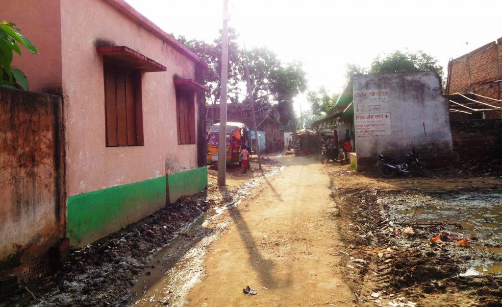 کوران سرائے گاؤں کی طرف جاتی کیچڑ سے بجبجاتی سڑک۔ (فوٹو : امیش کمار رائے / دی وائر)