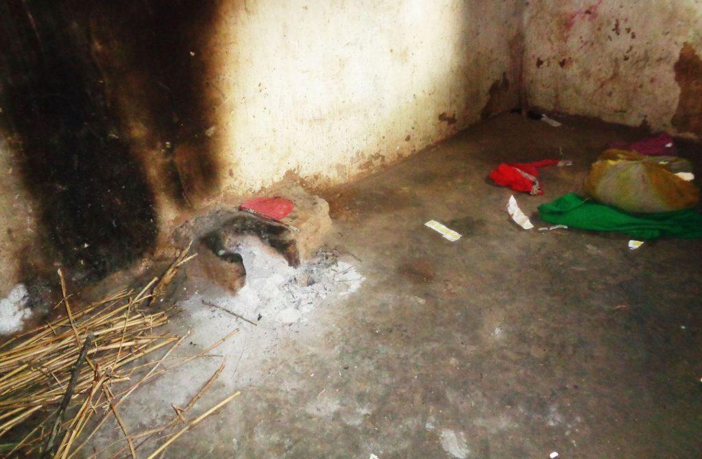 دھنا دیوی کے کمرے کا چولہا۔ (فوٹو : امیش کمار رائے / دی وائر)