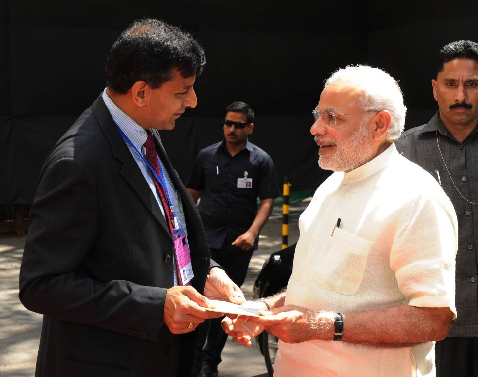 وزیر اعظم نریندر مودی کے ساتھ رگھو رام راجن (فائل فوٹو : پی آئی بی)